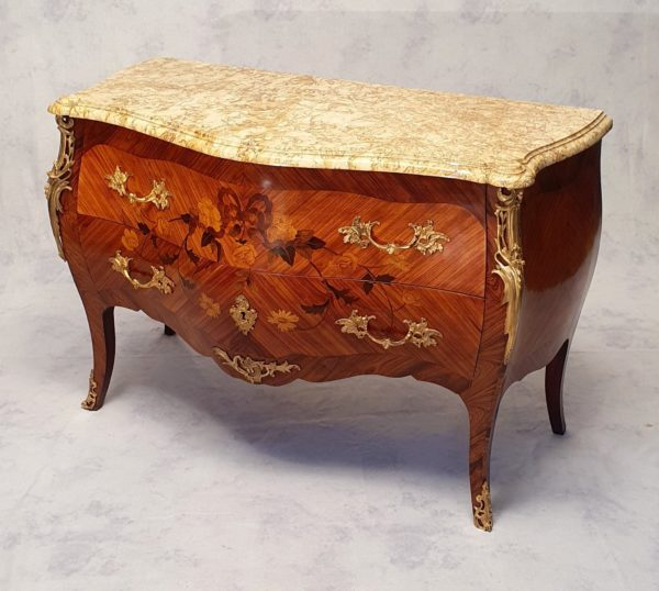 Commode bombée style Louis XV